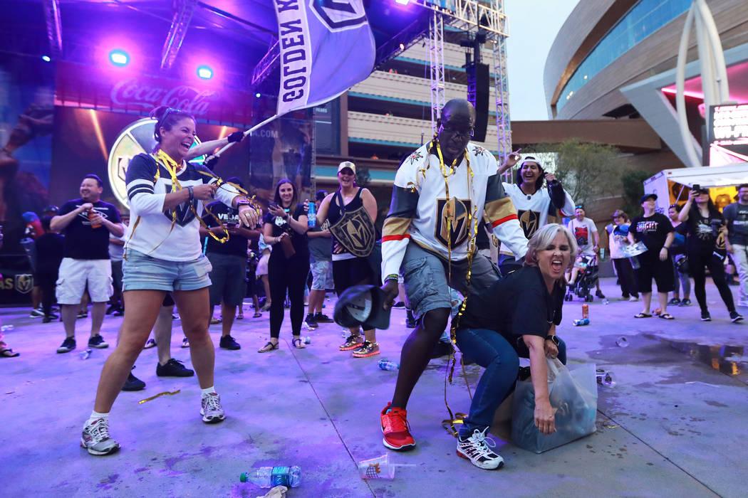 Roger Hallback, izquierda, y Karlotta Sánchez, ambos de Las Vegas, celebran después de que los Golden Knights de Las Vegas derrotaran a los San José Sharks durante una fiesta de observación pa ...