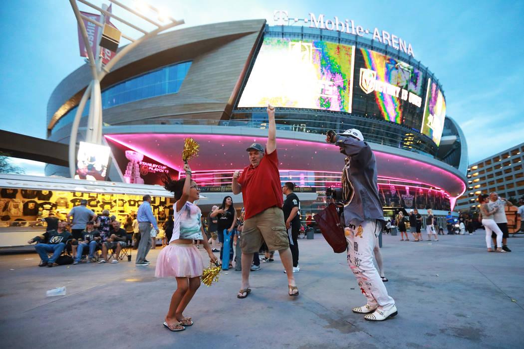 Fanáticos celebran después de que los Vegas Golden Knights derrotaran a los San José Sharks durante una fiesta de espectadores para el sexto partido de playoffs de la Stanley Cup frente a la To ...