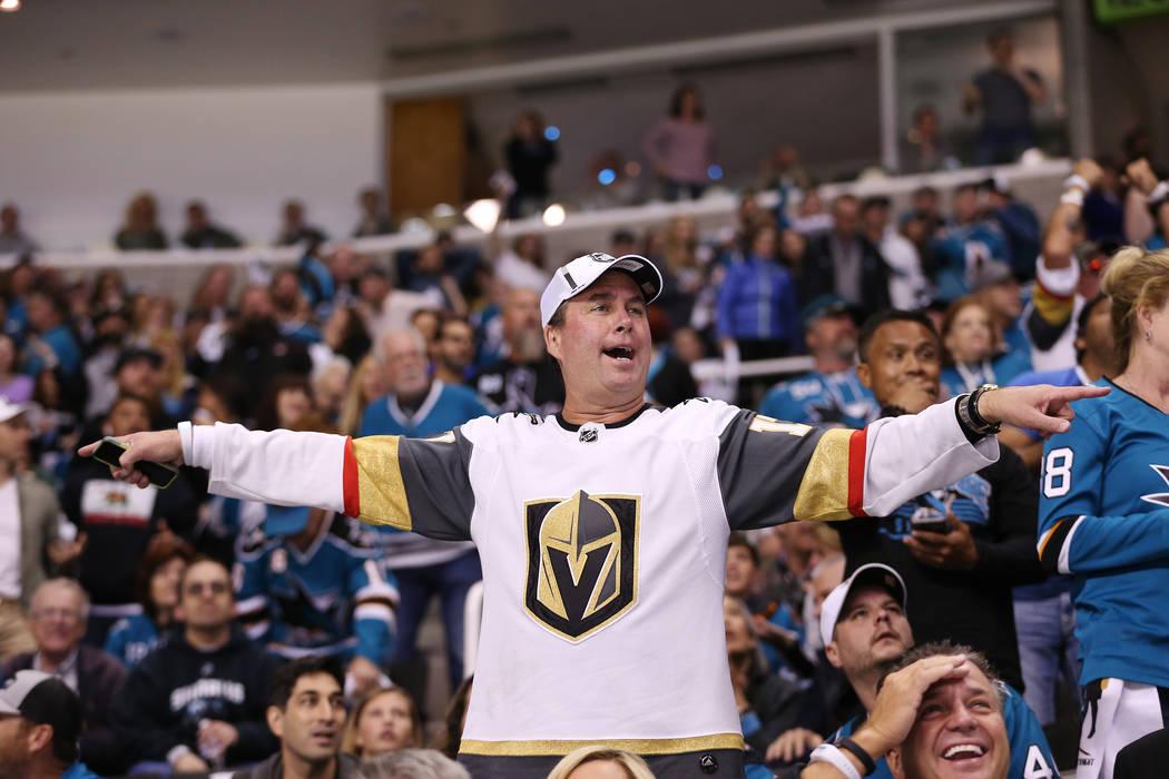 Un fan de Los Vegas Golden Knights reacciona después de una jugada durante el primer período en el Sexto Juego de una serie de playoffs de segunda ronda de hockey de la NHL en el SAP Center en S ...