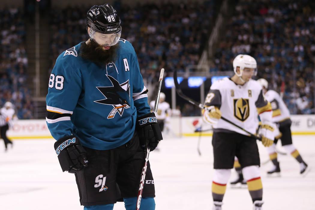 El defensa de San José Sharks: Brent Burns (88), durante el segundo período en el Sexto Juego de una serie de playoffs de segunda ronda de hockey de la NHL en el SAP Center en San José, Califor ...