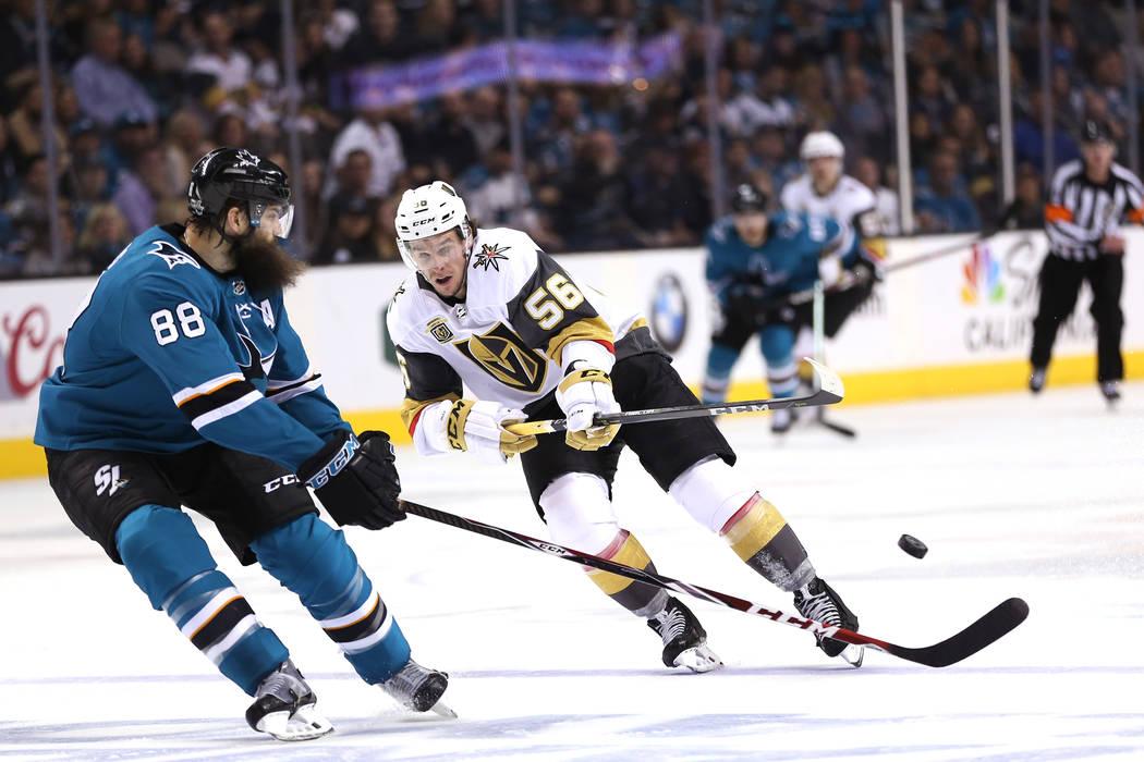 El defensor de Los San José Sharks: Brent Burns (88) defiende contra el alero izquierdo de Los Vegas Golden Knights: Erik Haula (56), durante el segundo período en el Sexto Juego de una serie de ...