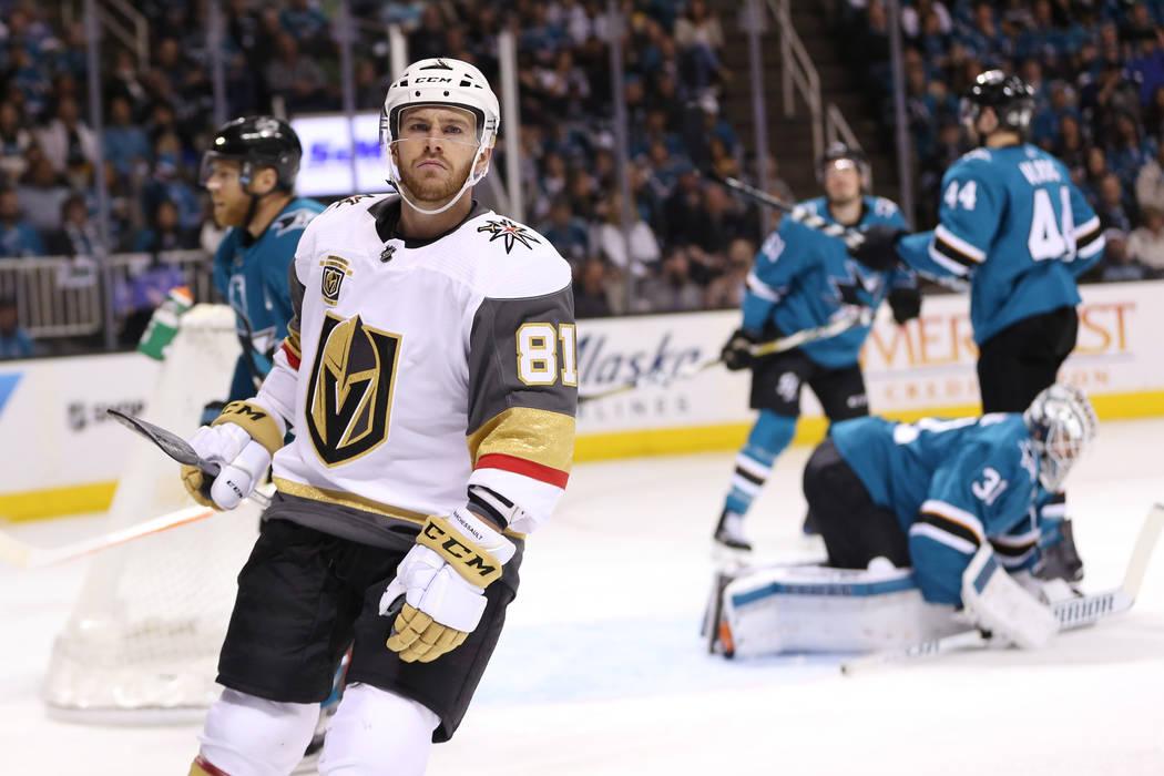 El centro de Los Vegas Golden Knights: Jonathan Marchessault (81), reacciona después de anotar contra Los San José Sharks durante el segundo período en el Sexto Juego de una serie de playoffs d ...