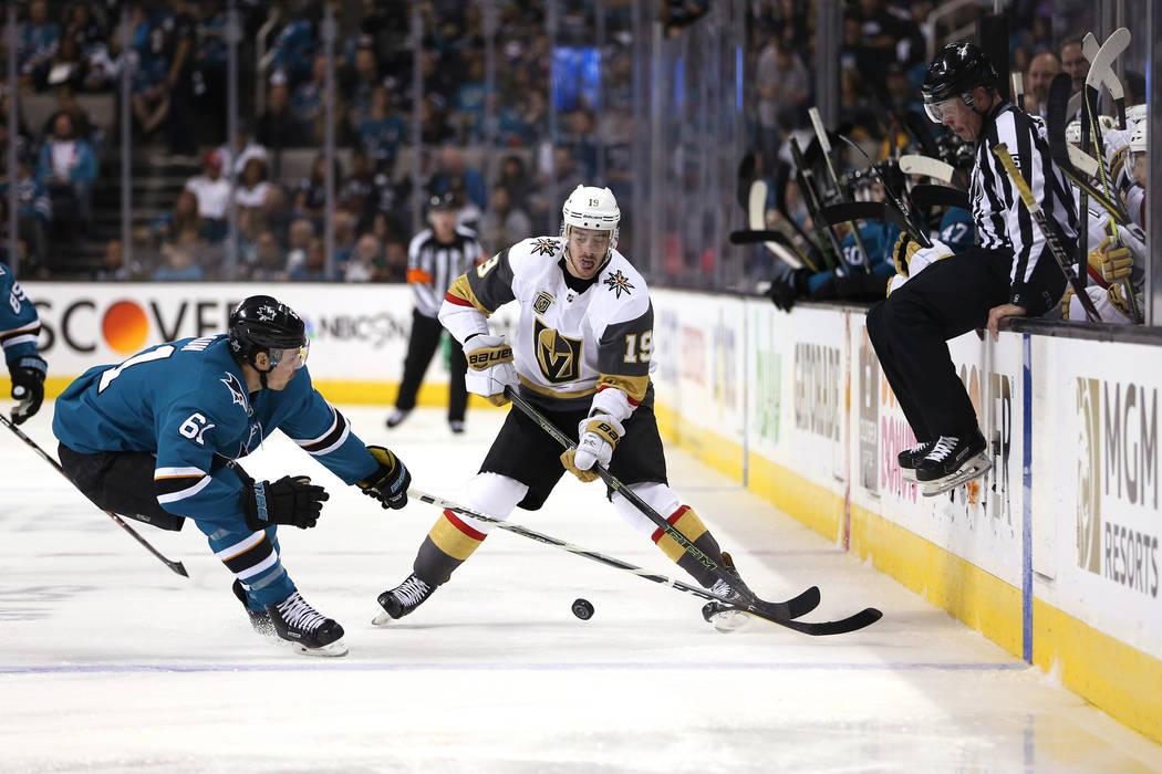 El defensor de San José Sharks: Justin Braun (61) defiende contra el alero derecho de los Golden Knights: Reilly Smith (19) durante el segundo período en el Sexto Juego de una serie de playoffs ...