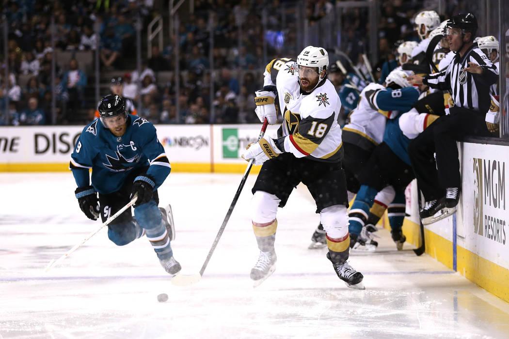 El pívot de los San José Sharks, Joe Pavelski (8) se defiende contra el alero izquierdo de los Golden Knights de Las Vegas: James Neal (18), durante el segundo período en el Sexto Juego de una ...