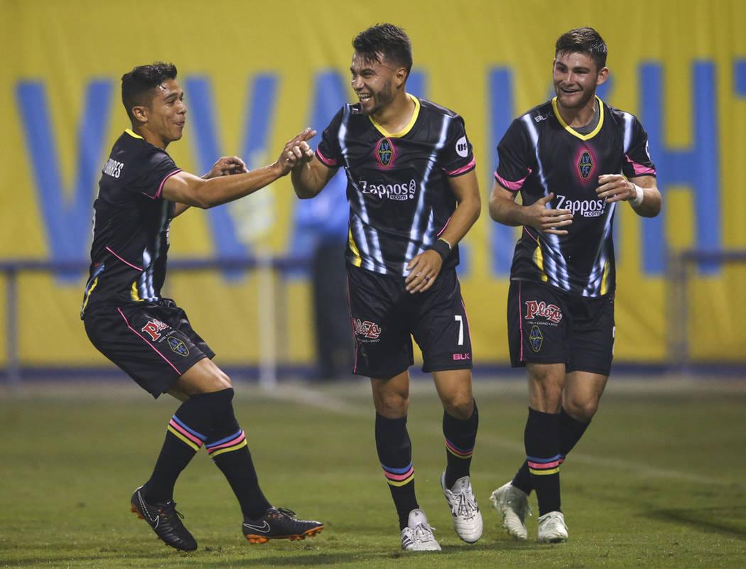Las Vegas celebra el primer gol del partido anotado por Carlos Álvarez. Sábado 5 de mayo de 2018 en estadio Cashman. Foto Chase Stevens / Las Vegas Review-Journal.