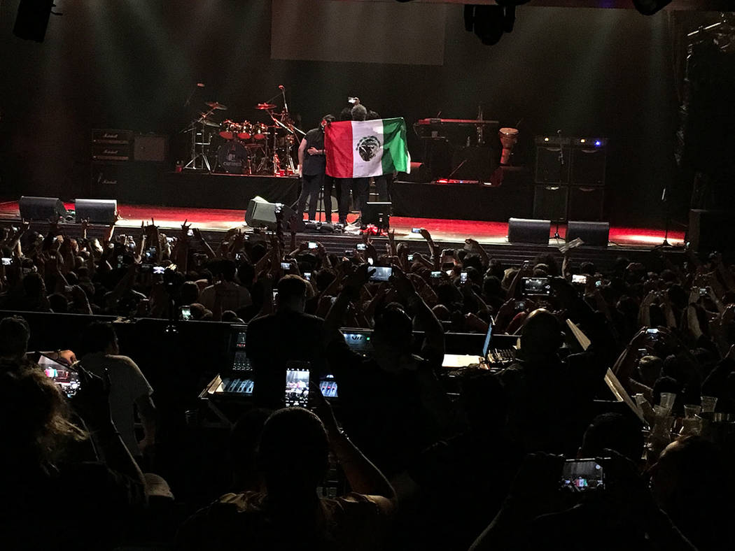 """Saúl Hernández se tomó una """"selfie"""" al finalizar el concierto, plasmó la solidaridad de Caifanes con el público local. Viernes 4 de mayo en el House of Blues. Foto Frank Alejandre / El Tiempo."""