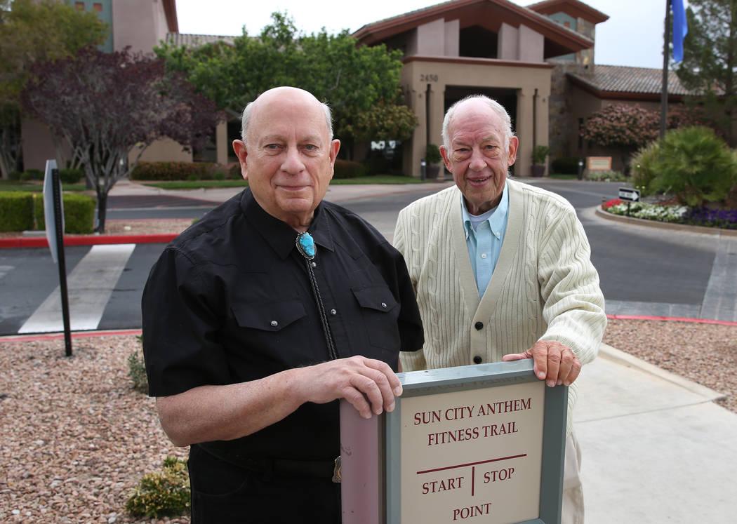 Bob Frank, izquierda, y Tim Stebbins posan para la foto afuera del Sun City Anthem Center el martes 1 de mayo de 2018, Henderson. Bizuayehu Tesfaye / Las Vegas Review-Journal @bizutesfaye