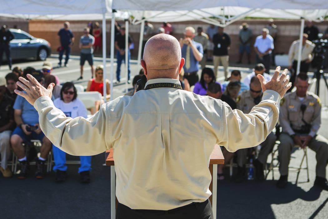 El capellán metropolitano: Dean Sanner, realiza una oración durante la ceremonia en honor a los oficiales Igor Soldo y Alyn Beck y al civil Joseph Wilcox, quienes fueron abatidos a tiros hace cu ...