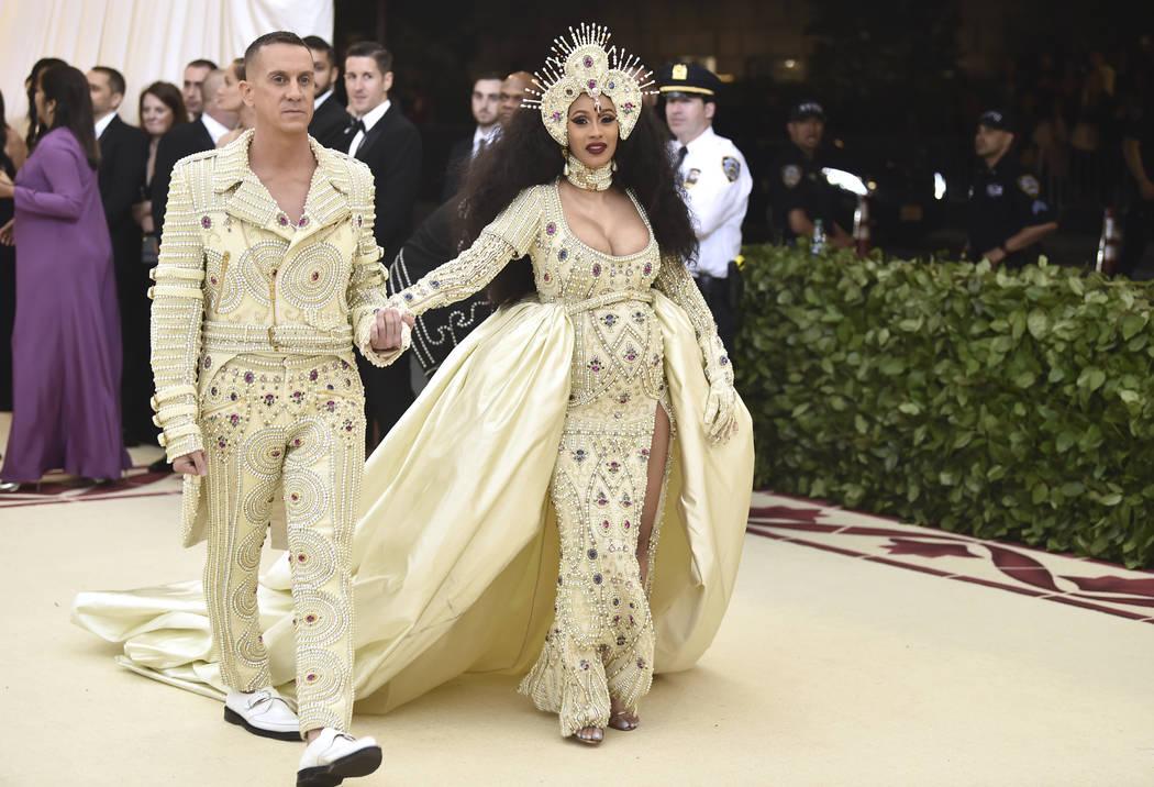 Jeremy Scott, izquierda, y Cardi B asisten a la gala benéfica del Instituto de Vestuario del Museo Metropolitano de Arte que celebra la apertura de la exposición Heavenly Bodies: Fashion y Catho ...