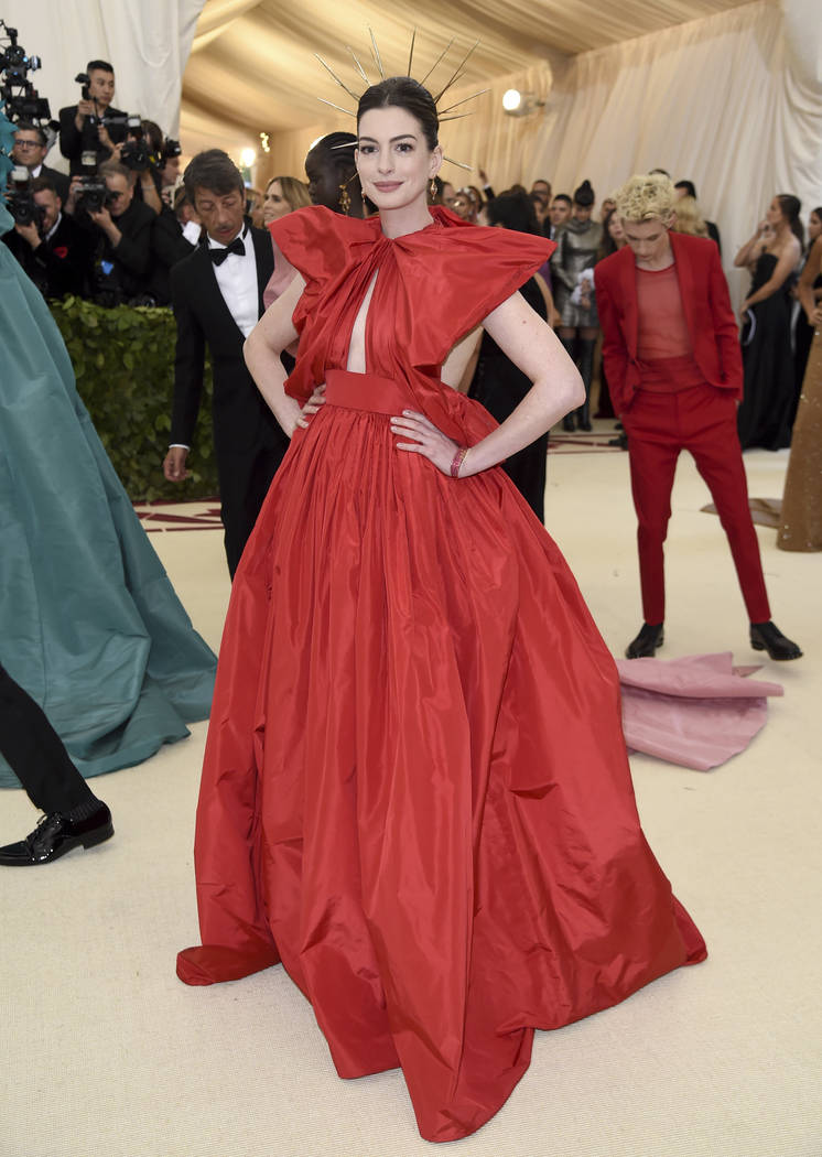 Anne Hathaway asiste a la gala benéfica del Instituto de Vestuario del Museo Metropolitano de Arte que celebra la apertura de la exposición Heavenly Bodies: Fashion y Catholic Imagination el lun ...