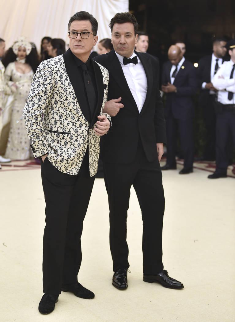 Stephen Colbert, izquierda, y Jimmy Fallon asisten a la gala benéfica del Instituto de Arte Metropolitano de Arte que celebra la apertura de la exposición Heavenly Bodies: Fashion y Catholic Ima ...