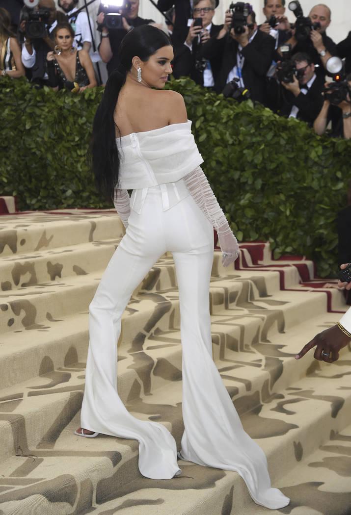 Kendall Jenner asiste a la gala de beneficios del Costume Institute del Museo Metropolitano de Arte que celebra la apertura de la exposición Heavenly Bodies: Fashion y Catholic Imagination el lun ...