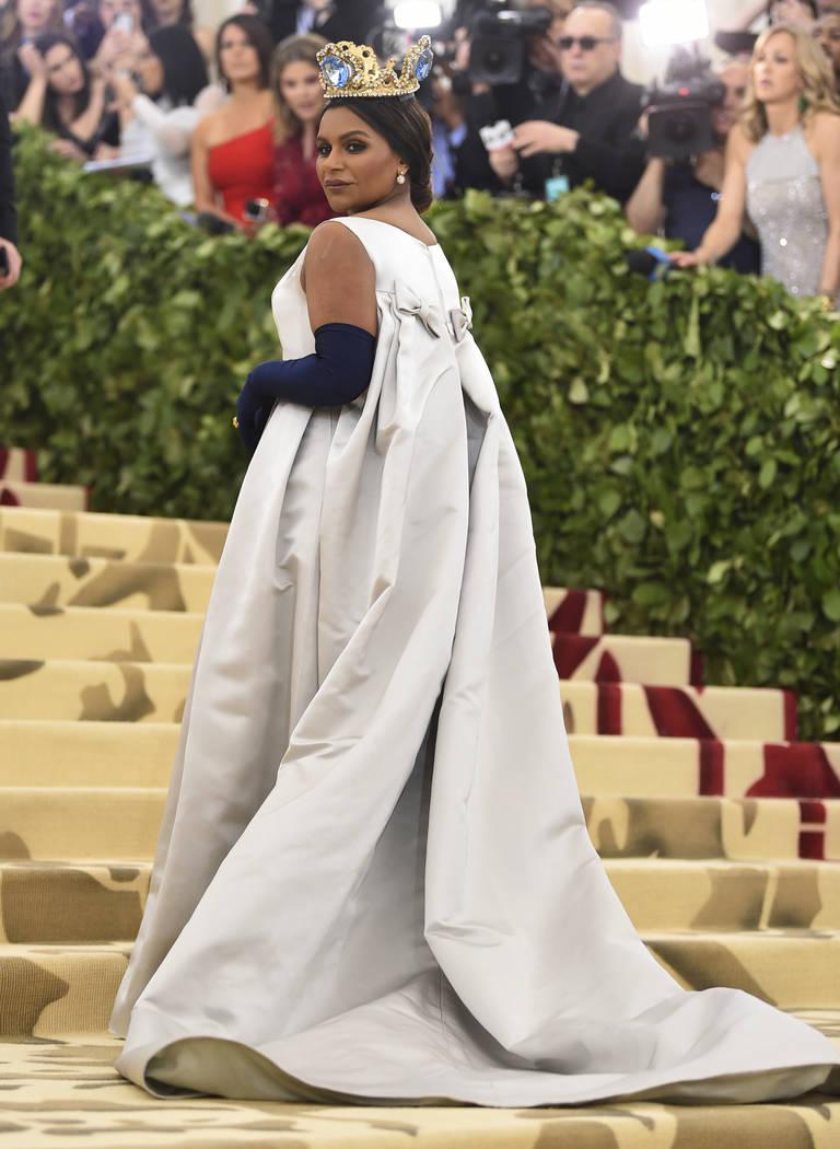 Mindy Kaling asiste a la gala benéfica del Instituto de Vestuario del Museo Metropolitano de Arte que celebra la apertura de la exposición Heavenly Bodies: Fashion y Catholic Imagination el lune ...