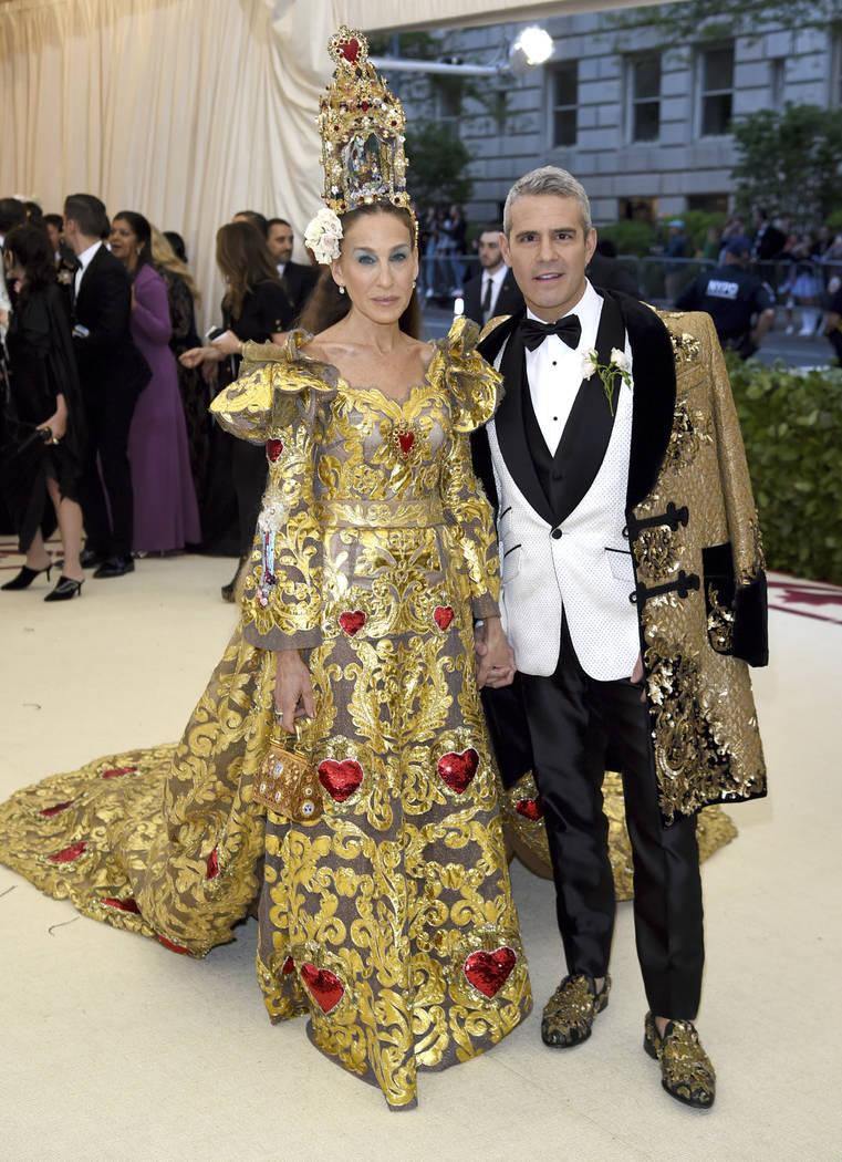 Sarah Jessica Parker, izquierda, y Andy Cohen asisten a la gala del Costume Institute del Museo Metropolitano de Arte para celebrar la apertura de la exposición Heavenly Bodies: Fashion y Catholi ...