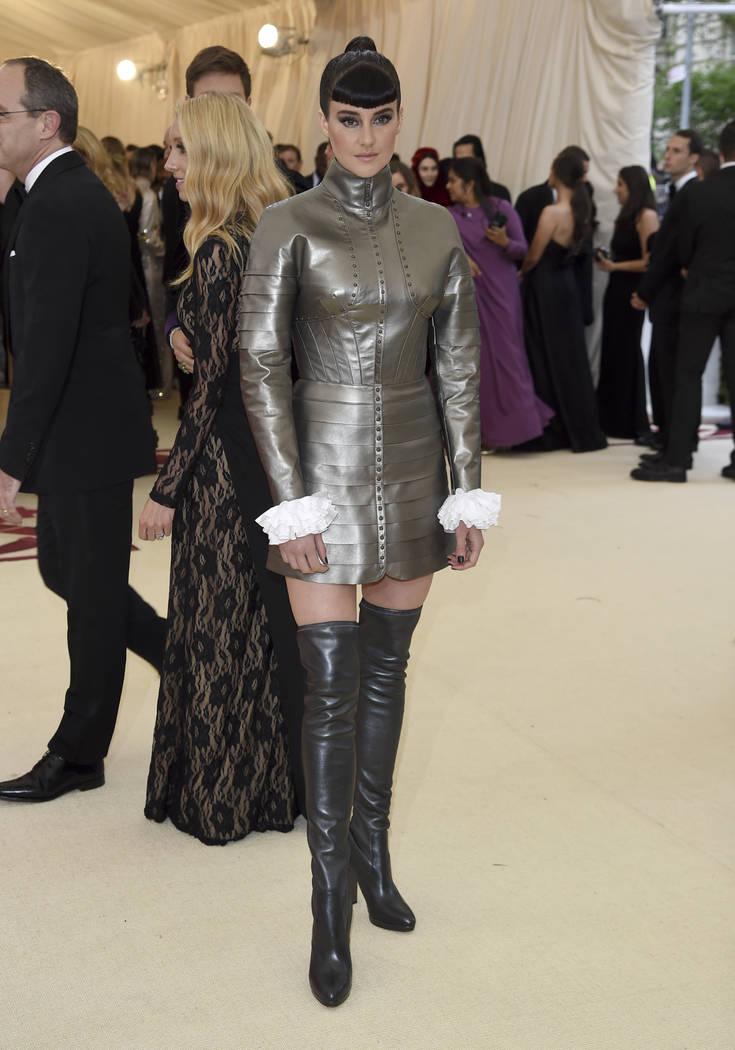 Shailene Woodley asiste a la gala del Costume Institute del Museo Metropolitano de Arte que celebra la apertura de la exposición Heavenly Bodies: Fashion y Catholic Imagination el lunes 7 de mayo ...