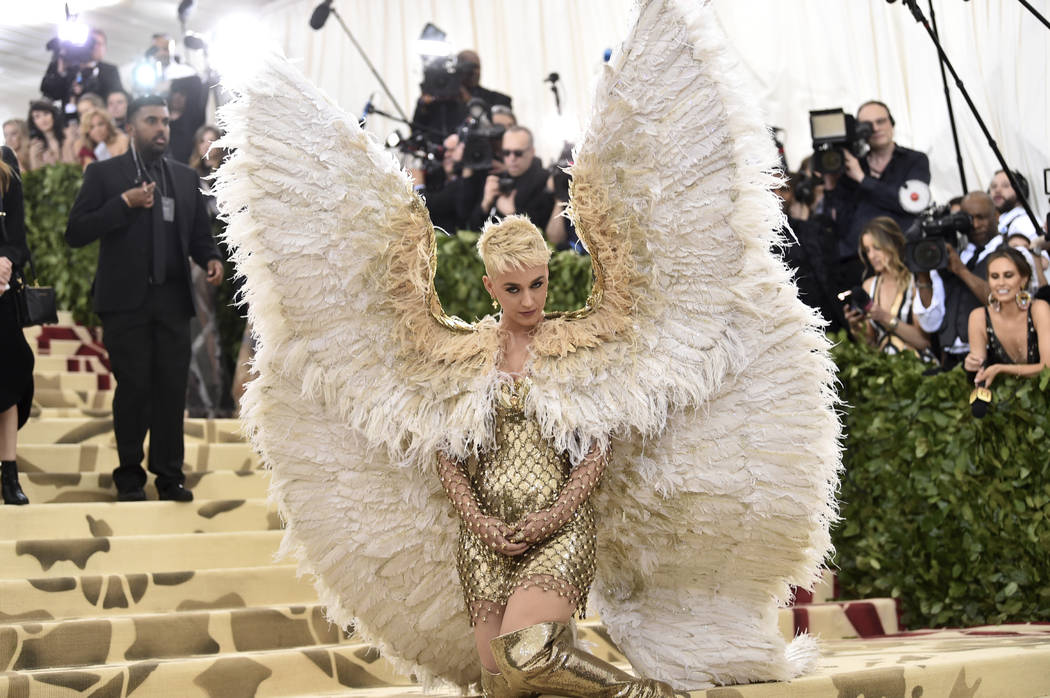 Katy Perry asiste a la gala del Costume Institute del Museo Metropolitano de Arte que celebra la apertura de la exposición Heavenly Bodies: Fashion y Catholic Imagination el lunes 7 de mayo de 20 ...