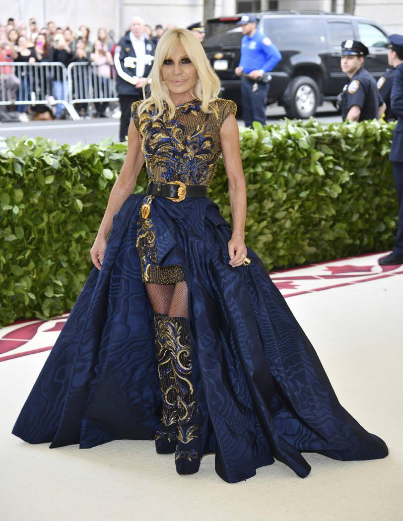 Donatella Versace asiste a la gala benéfica del Instituto de Vestuario del Museo Metropolitano de Arte que celebra la apertura de la exposición Heavenly Bodies: Fashion y Catholic Imagination el ...