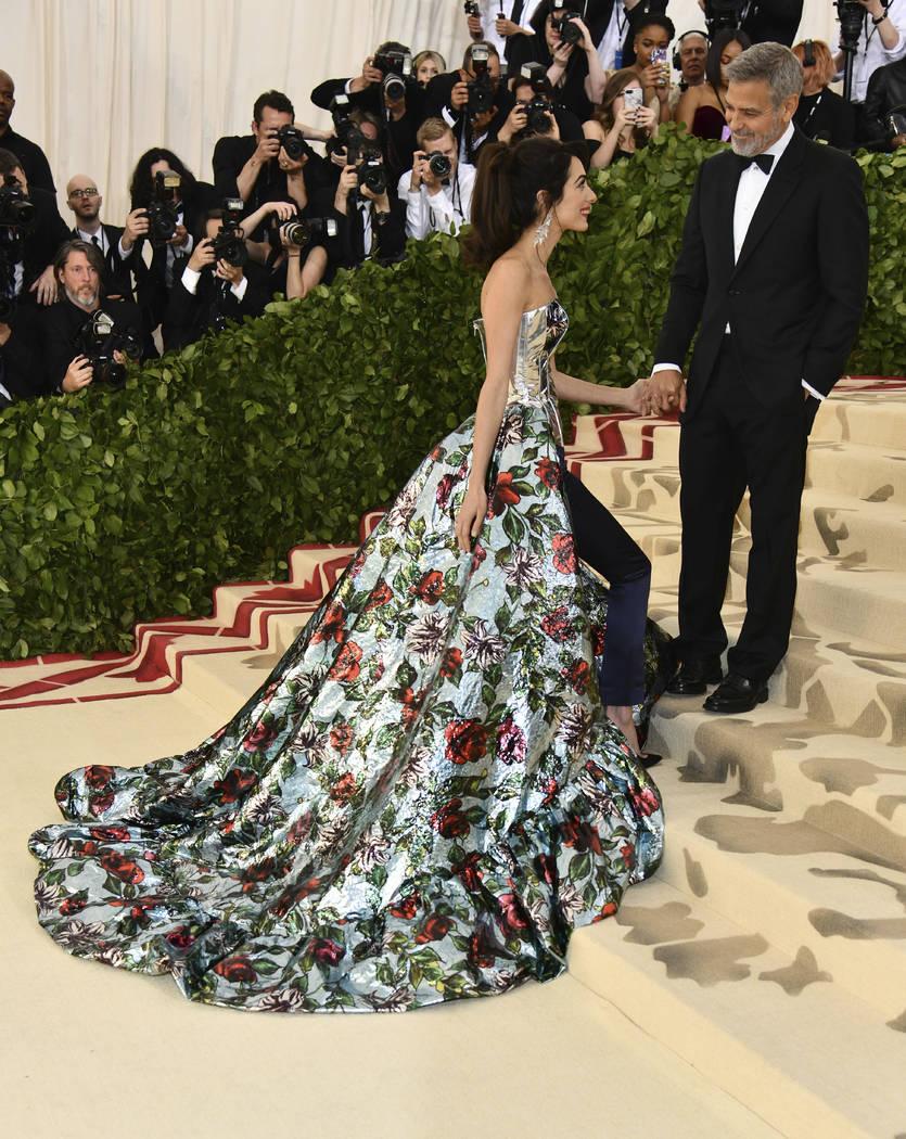 Amal Clooney, izquierda, y George Clooney asisten a la gala del Costume Institute del Museo Metropolitano de Arte para celebrar la apertura de la exposición Heavenly Bodies: Fashion y Catholic Im ...