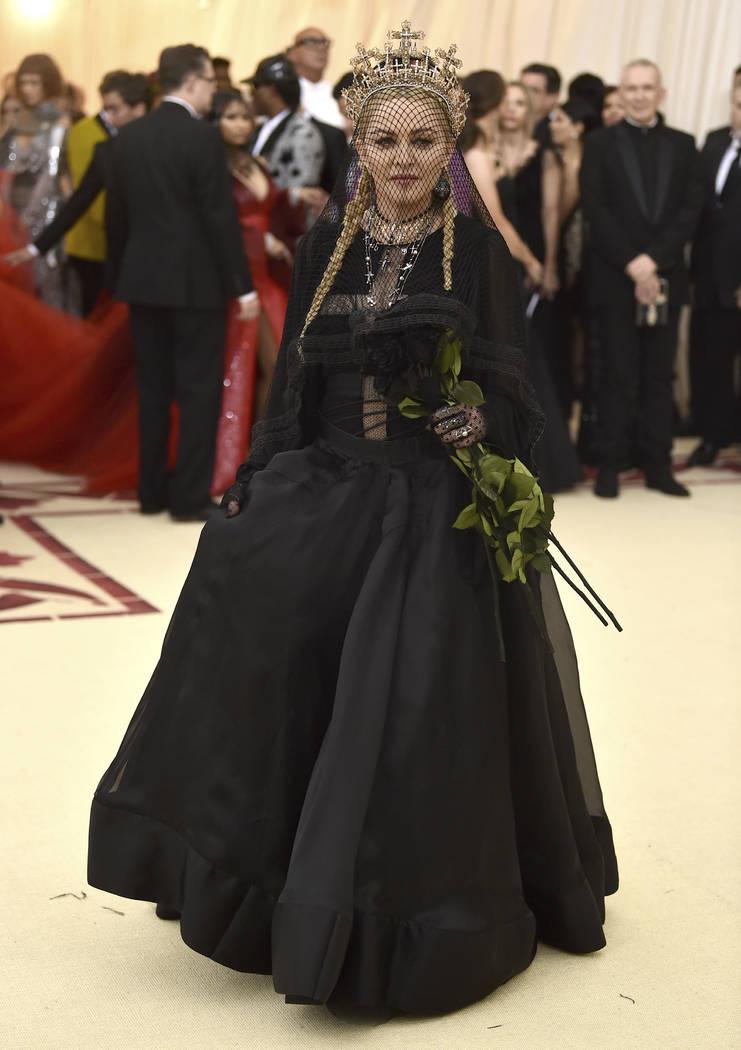 Madonna asiste a la gala benéfica del Costume Institute del Museo Metropolitano de Arte que celebra la apertura de la exposición Heavenly Bodies: Fashion y Catholic Imagination el lunes 7 de may ...
