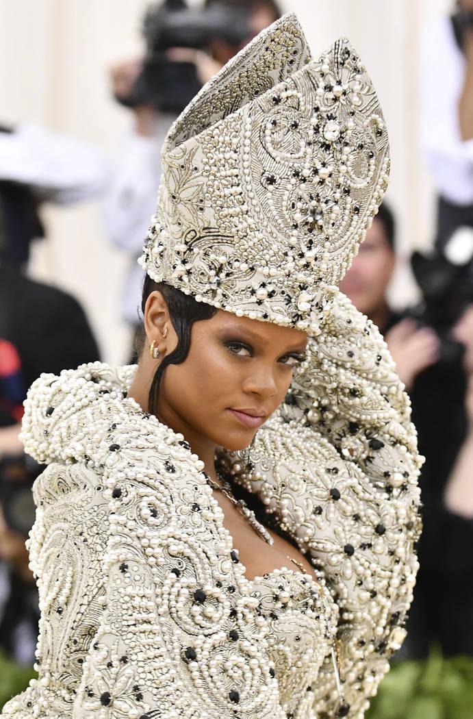 Rihanna asiste a la gala benéfica del Instituto de Vestuario del Museo Metropolitano de Arte que celebra la apertura de la exposición Heavenly Bodies: Fashion y Catholic Imagination el lunes 7 d ...