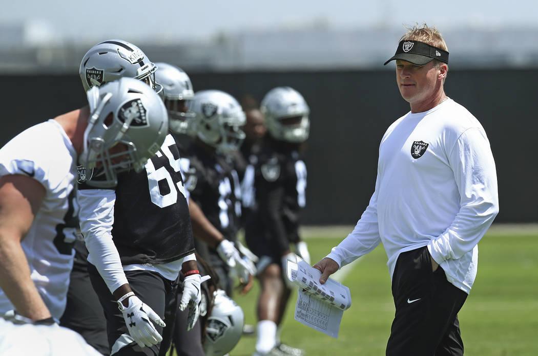 El entrenador de los Oakland Raiders, Jon Gruden, a la derecha, supervisa una práctica de fútbol de la NFL el viernes 4 de mayo de 2018 en las instalaciones de entrenamiento del equipo en Alamed ...