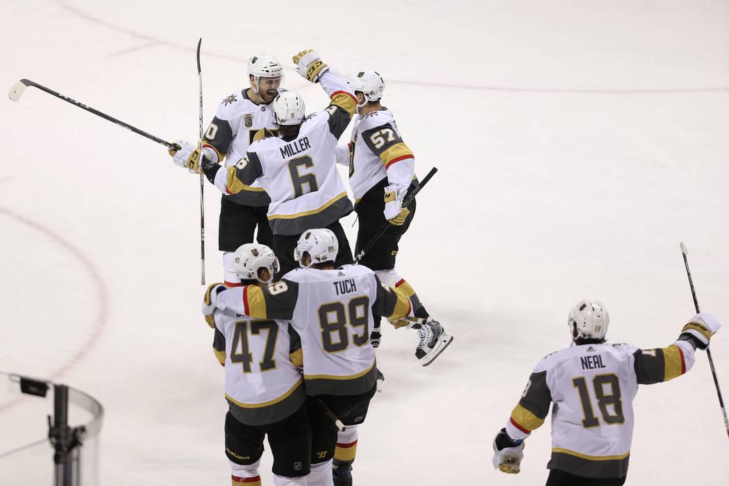 Los Vegas Golden Knights celebran su victoria 3 a 0 contra los San José Sharks en el Juego 6 de una serie de playoffs de segunda ronda de hockey de la NHL en el SAP Center en San José, Californi ...