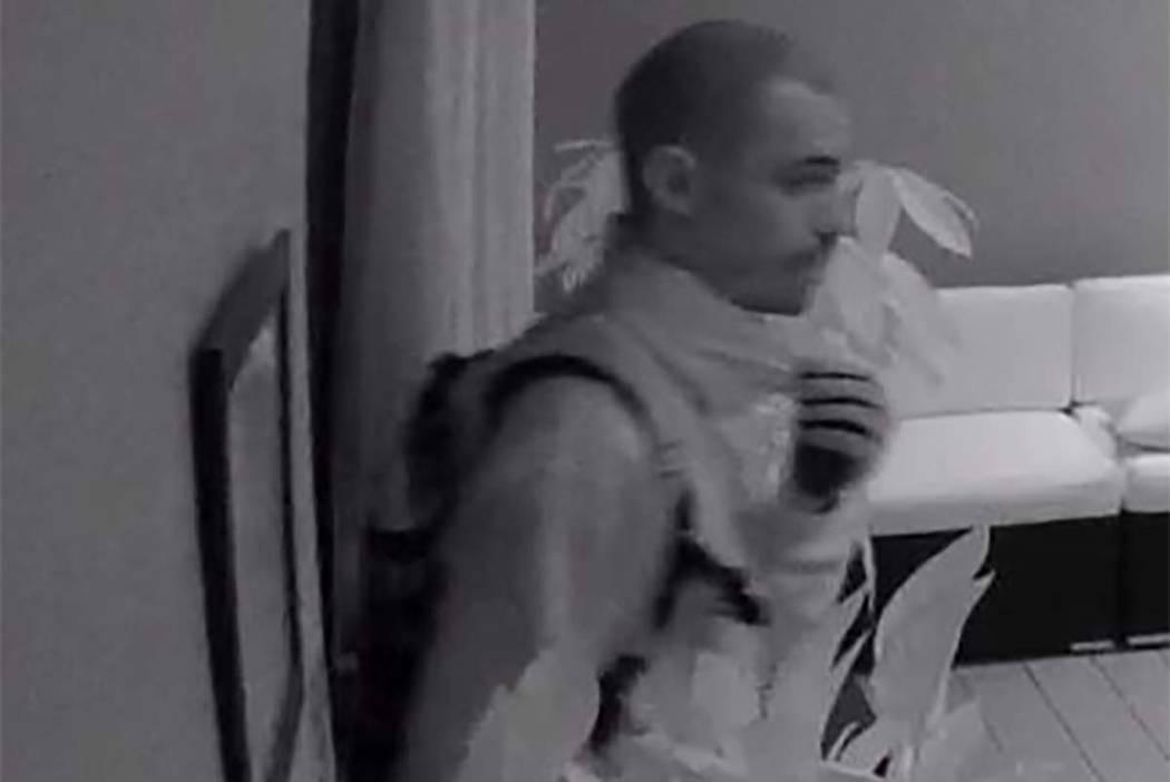 La policía de Las Vegas está buscando a este hombre sospechoso de intentar robar un negocio de masajes en el centro de Las Vegas. (Max Michor / Las Vegas Review-Journal)
