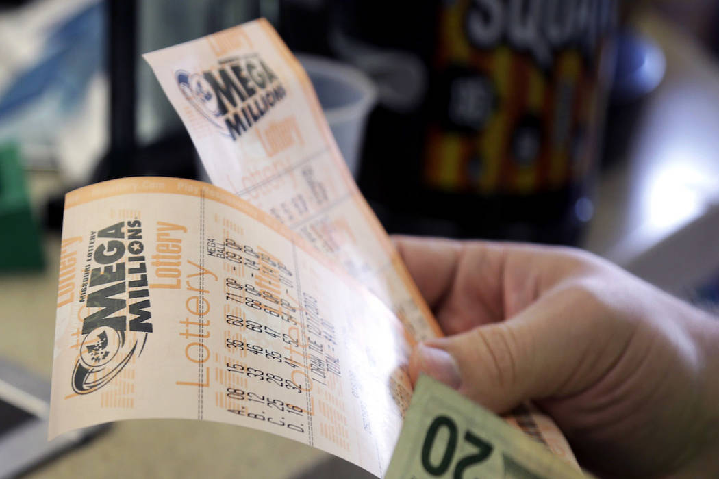 Scott Hoormann tiene dos boletos de lotería Mega Millions. (AP Photo / Jeff Roberson)