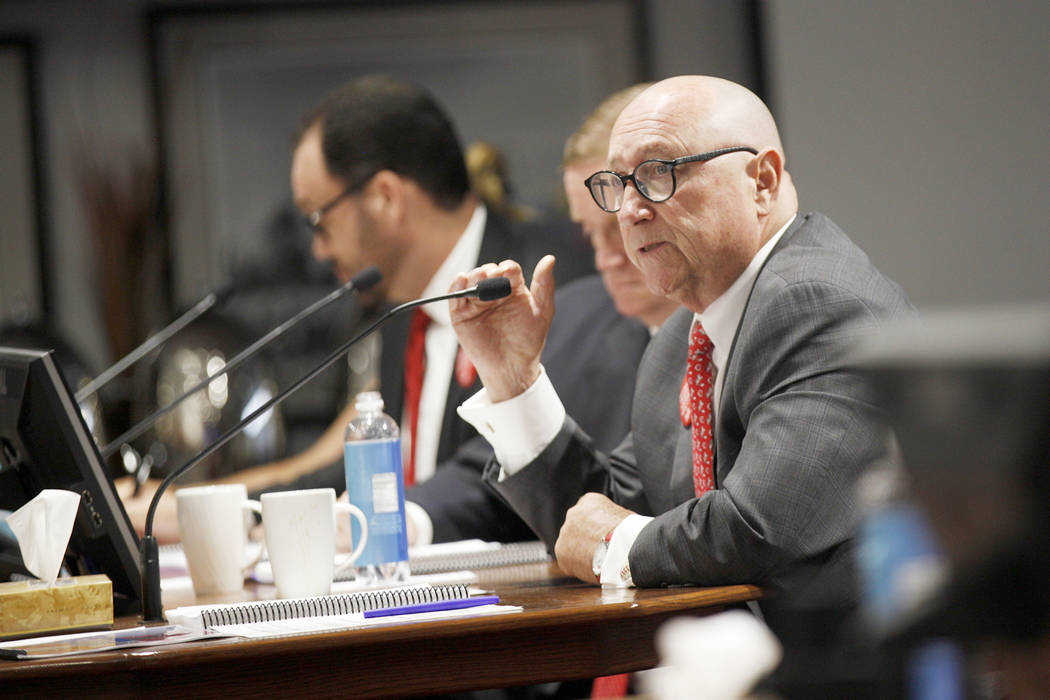 El presidente y director general de la Autoridad de Convenciones y Visitantes de Las Vegas, Rossi Ralenkotter, habla en una reunión de la junta directiva en el Las Vegas Convention Center en Las ...