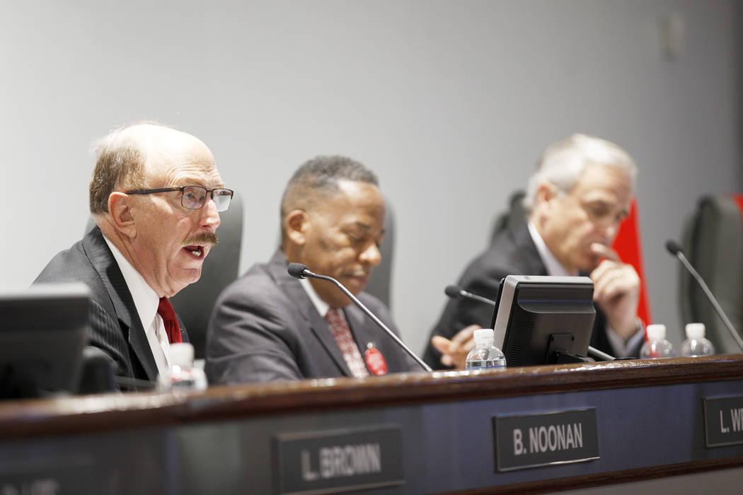 Bill Noonan, miembro de la Autoridad de Convenciones y Visitantes de Las Vegas, habla en una reunión de la junta directiva en el Las Vegas Convention Center en Las Vegas, el martes 8 de mayo de 2 ...