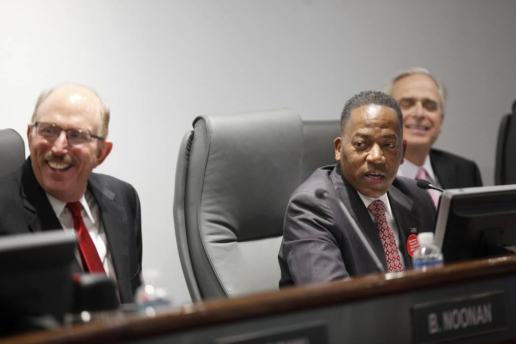 Bill Noonan, miembro de la Autoridad de Convenciones y Visitantes de Las Vegas, izquierda, y el presidente Lawrence Weekly, en una reunión de la junta directiva en el Las Vegas Convention Center ...