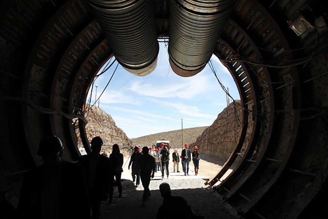 Los miembros de una gira del congreso pasan por el túnel de exploración de la montaña Yucca ingresando por el portal sur, el 9 de abril de 2015. (Sam Morris / Las Vegas Review-Journal)