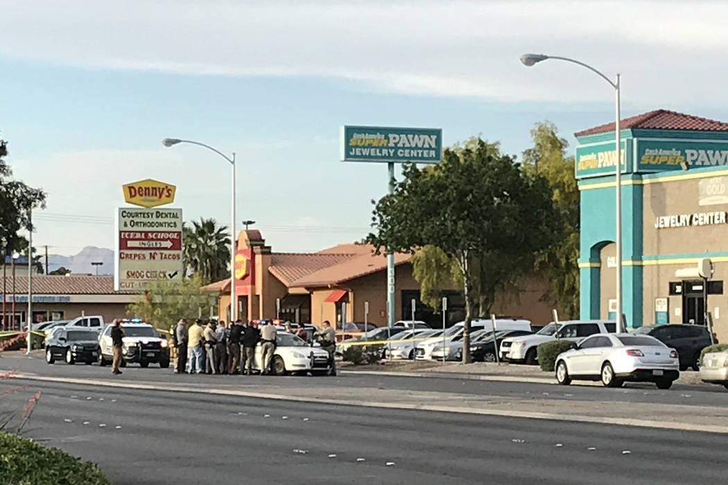 La policía de Las Vegas investiga un tiroteo en el área de la Avenida Stewart y el Bulevar Nellis el martes 8 de mayo de 2018. (Blake Apgar / Las Vegas Review-Journal)