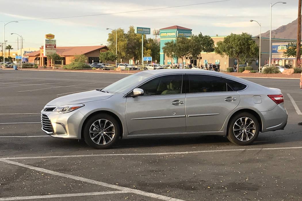 La policía de Las Vegas investiga un automóvil que fue impactado en un tiroteo en el área de Stewart Avenue y Nellis Boulevard el martes 8 de mayo de 2018. (Blake Apgar / Las Vegas Review-Journal)