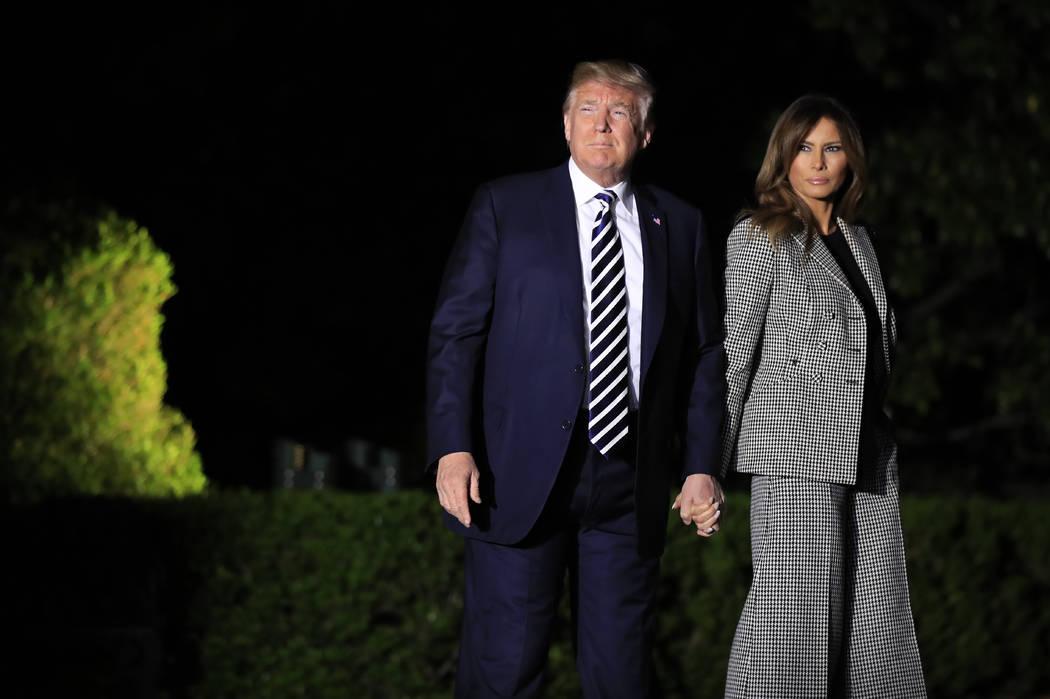 El Presidente Donald Trump, con la Primera Dama Melania Trump, dejan la Casa Blanca en Washington, temprano el jueves 10 de mayo de 2018, para saludar a tres estadounidenses liberados detenidos en ...