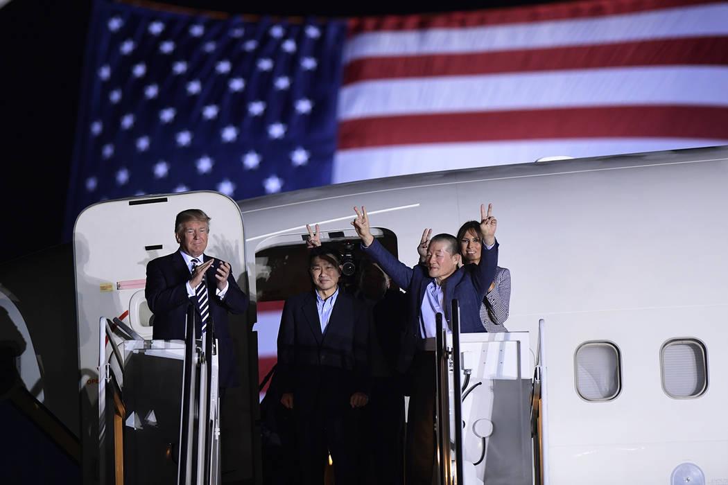 El presidente Donald Trump, desde la izquierda, saluda a Tony Kim, Kim Hak Song, visto a la sombra, y Kim Dong Chul, tres estadounidenses detenidos en Corea del Norte durante más de un año, cuan ...