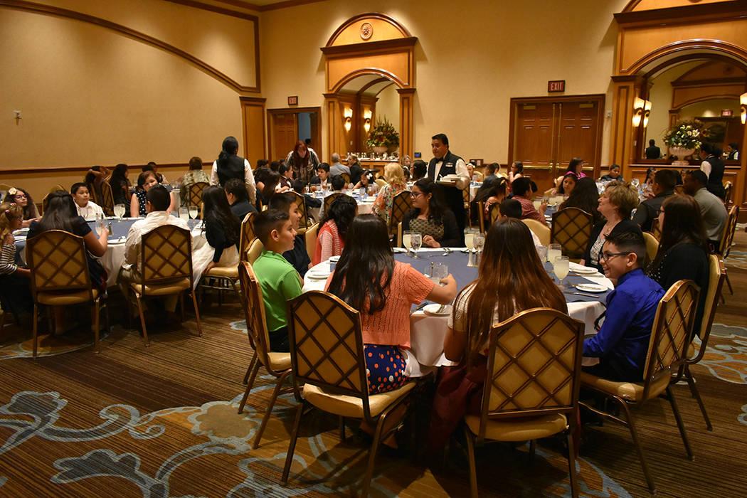 Los estudiantes disfrutaron de una sana convivencia durante este almuerzo. Miércoles 9 de mayo de 2018 en hotel y casino Texas Station. Foto Anthony Avellaneda / El Tiempo.