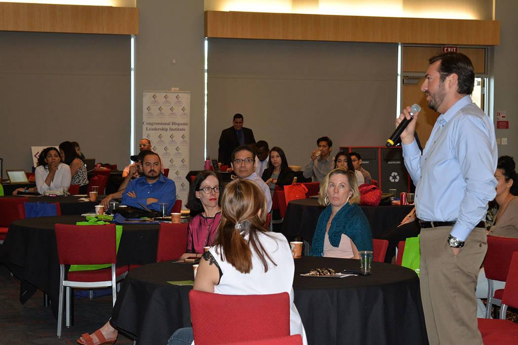 Michael Ramírez, egresado de UNLV preguntó a los panelistas la mejor manera de acercarse a las fuentes laborales y de información, para insertarse de la mejor manera en el mercado de trabajo. M ...