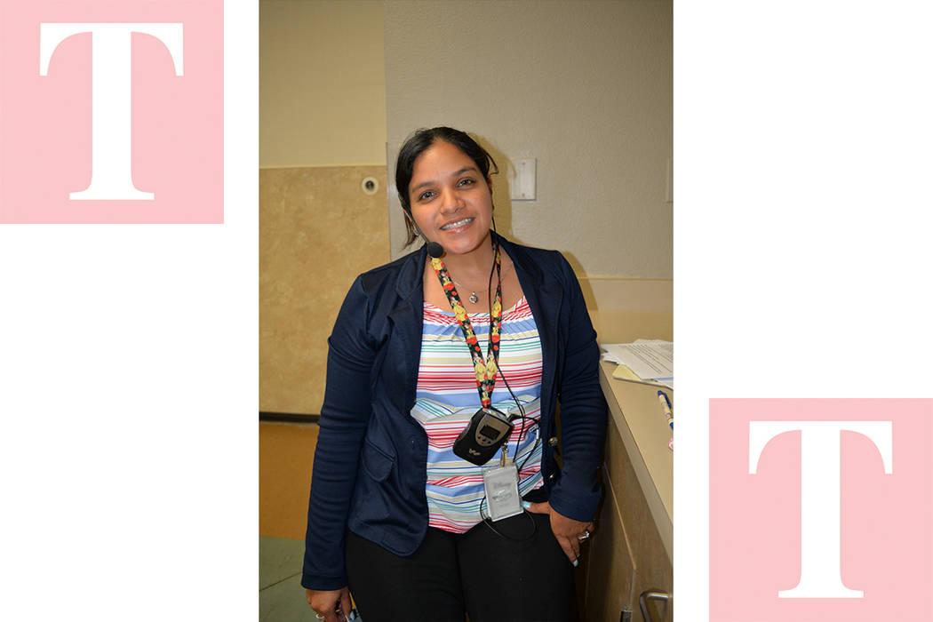 Wendy Vasquez realizó una importante labor de traductora. Martes 8 de mayo en la iglesia católica St. Elizabeth Ann Setton. Foto Frank Alejandre / El Tiempo.
