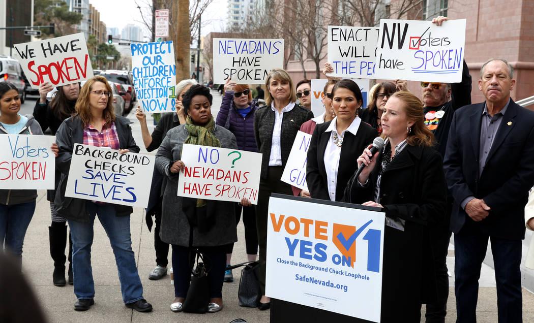 """Elizabeth Becker del grupo de Nevada """"MOMs Demand Action"""" habla con los partidarios de la Pregunta 1 fuera del Regional Centro de Justicia en Las Vegas el viernes 23 de febrero de 2018. Hizo un ll ..."""