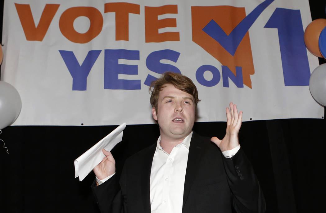 Joe Duffy, sí en 1 manager de campaña, habla sobre las verificaciones pro-antecedentes antes de una venta de armas o grupos de transferencia durante una fiesta de guardia en el restaurante Cucin ...