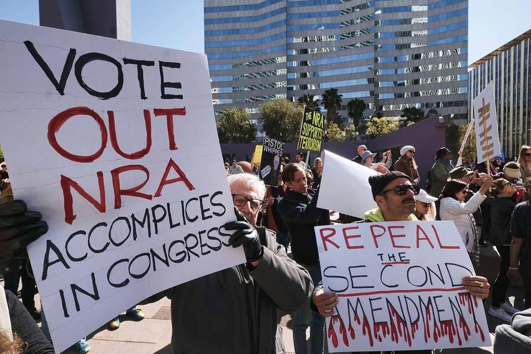 Los manifestantes se unen en un movimiento de base durante una manifestación contra la violencia armada en el centro de Los Ángeles el lunes 19 de febrero de 2018. Cientos de manifestantes que c ...