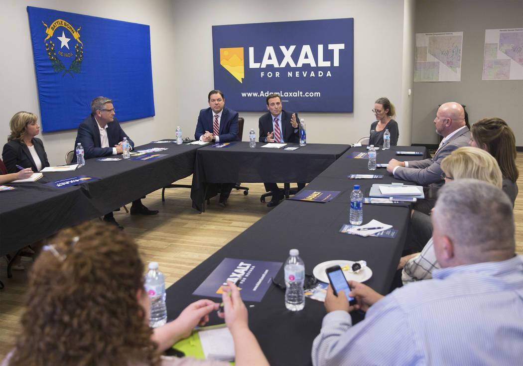 Adam Laxalt, intermediario, Procurador General de Nevada y candidato a gobernador, responde a una pregunta durante una mesa redonda sobre reforma educativa el miércoles 4 de abril de 2018 en la o ...