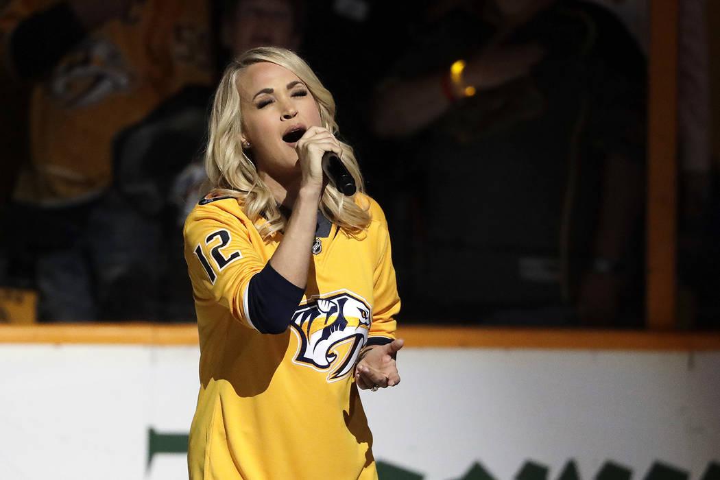 Carrie Underwood canta el himno nacional antes del Juego 2 de una serie de segunda ronda de playoffs entre los Nashville Predators y los Winnipeg Jets el lunes 30 de abril de 2018 en Nashville, Te ...