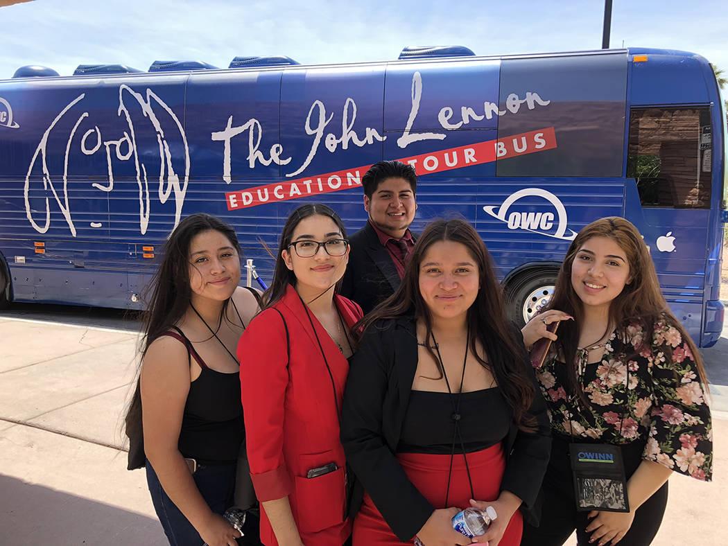 Estudiantes hispanos de Valley H.S. Emily González (izquierda), Yuri Ochoa, Jacqueline Meza, Iris Montelongo y detrás Gustavo Medrano, el 11 de mayo del 2018 en el centro de gobierno del Condado ...
