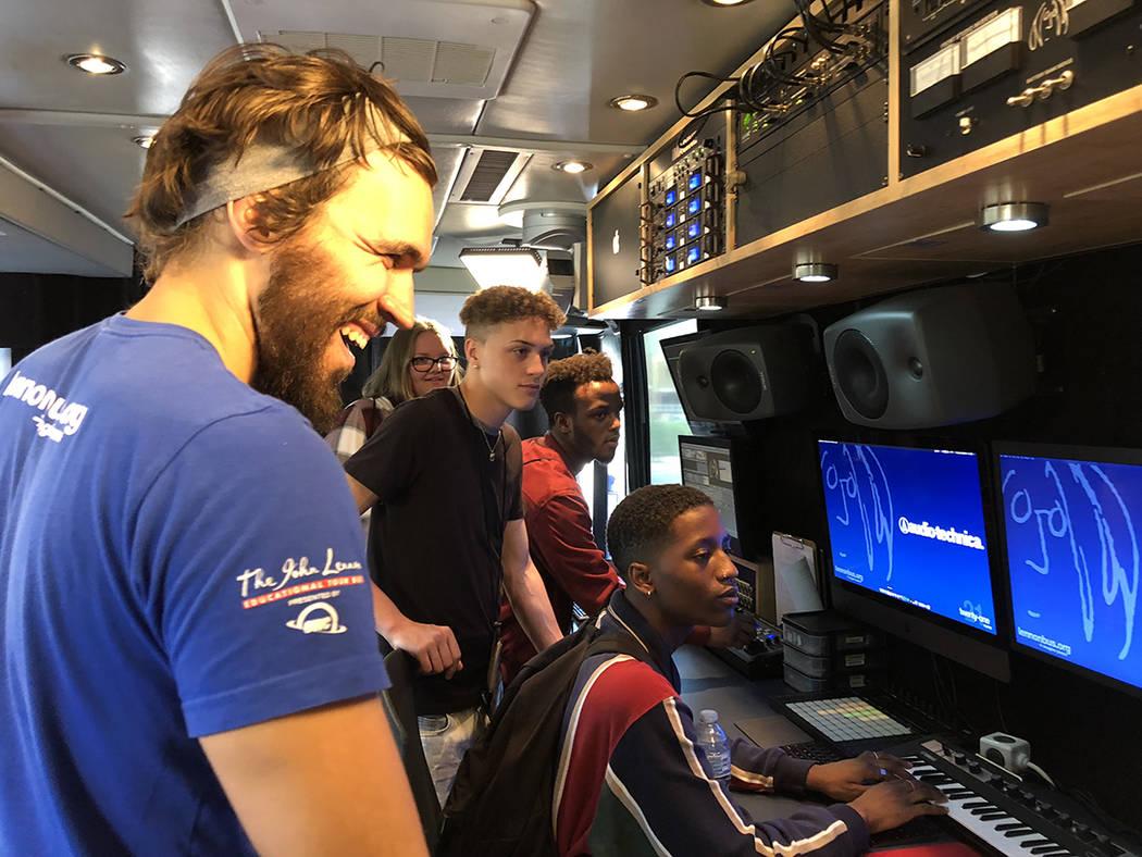 "Josh Greene (izquierda), ingeniero instructor dentro del ""Lennon Bus"" con estudiantes de Cheyenne H.S. Miranda Lenox, John Ridgeway, Exzavier Thrower y David Feliciano, mayo 11 del 2018. Foto ..."