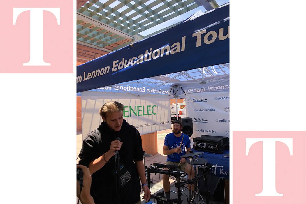 """Un joven canta rap acompañado por el baterista del """"Lennos Bus"""", en mayo 11 del 2018, en el Centro de Gobierno de Clark County. Foto Valdemar González / El Tiempo - Contribuidor."""