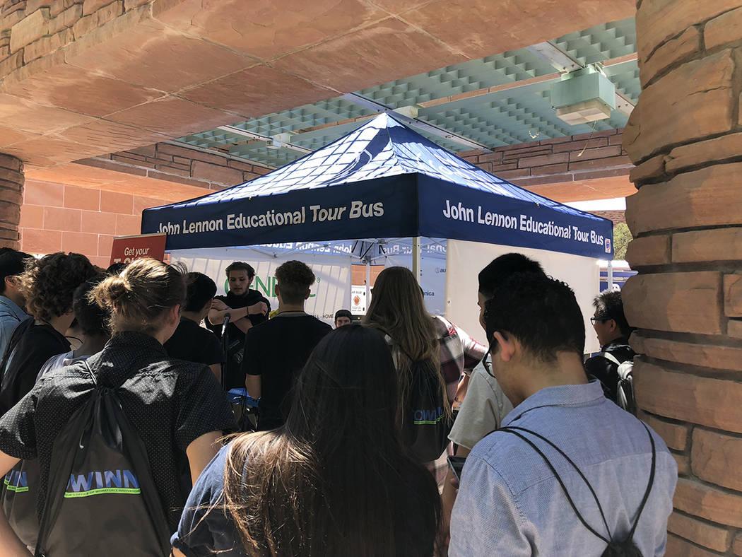"""Uno de los módulos anexos del """"Lennon Bus"""" con jóvenes en mayo 11 del 2018, en el Centro de Gobierno del Condado Clark. Foto Valdemar González / El Tiempo - Contribuidor."""