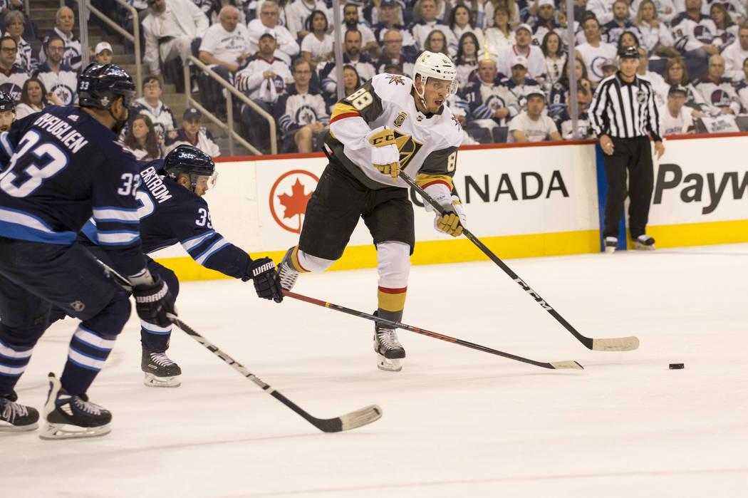 El defensor de Vegas Golden Knights: Nate Schmidt (88) es presionado por el defensa de Winnipeg Jets Toby Enstrom (39) durante el primer período en el Juego 1 de una serie de playoffs de tercera ...