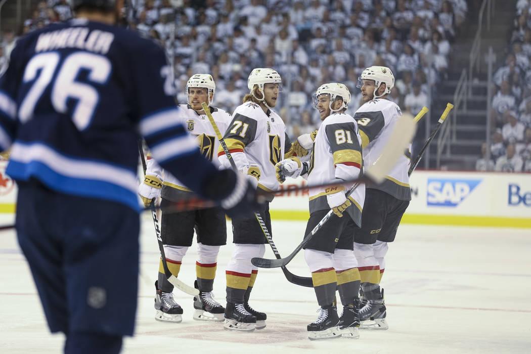 Las Vegas Golden Knights celebran el primer gol del defensor Brayden McNabb contra los Jets de Winnipeg en el Juego 1 de una serie de playoffs de tercera ronda de hockey de la NHL en el Bell MTS P ...